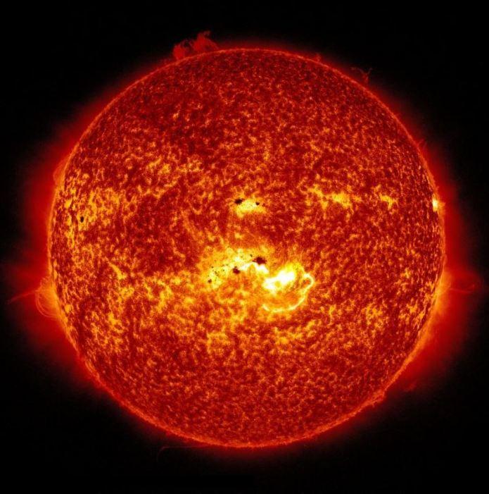 Il nostro Sole è una stella di seconda generazione ed ha circa 5 miliardi di anni. Contiene elementi più pesanti dell'idrogeno e dell'elio, inclusi ossigeno, carbonio, neon e ferro, sebbene solo in minuscoli percentuali. – Crediti immagine: NASA / Solar Dynamics Observatory.