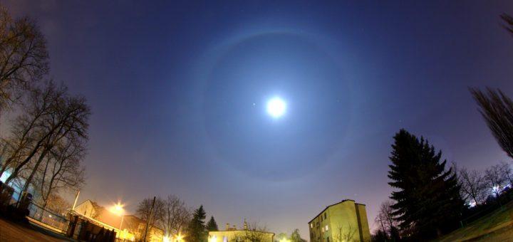 Un fenomeno ottico che crea un'aureola attorno alla Luna. Credit: Wikipedia.