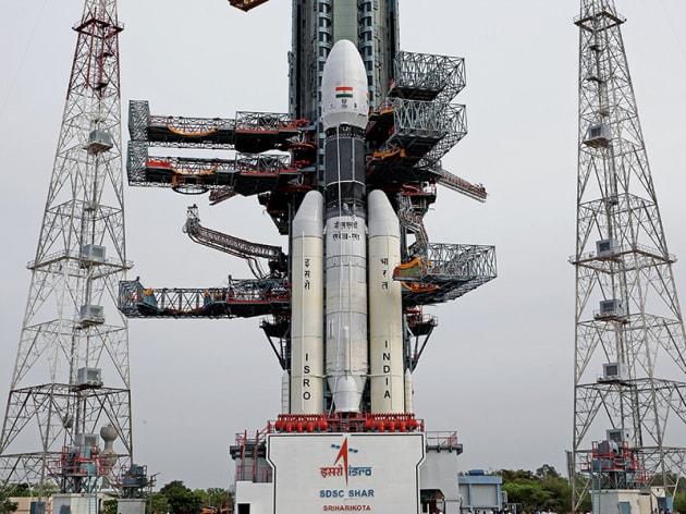 Il lanciatore indiano GSLV Mk.3 sulla rampa di lancio In partenza nelle prime ore del 15 luglio (in Italia sarà ancora la notte del 14), la missione Chandrayaa-2 arriverà attorno alla Luna a settembre, con un orbiter (Chandrayaa-2), un lander (Vikram) e un rover (Pragyan).|ISRO