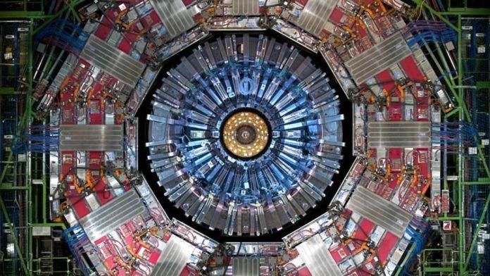 Il rivelatore CMS al CERN, uno dei due più potenti rilevatori di particelle mai assemblati.Ogni 25 nanosecondi, in media, un nuovo grappolo di particelle collide al centro di questo rivelatore. Un rilevatore di prossima generazione, sia per un lepton che per un collisore di protoni, può essere in grado di registrare ancora più dati, più velocemente e con una precisione più elevata rispetto ai rilevatori CMS o ATLAS al momento. – CERN