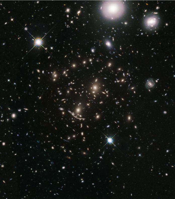 L'ammasso di galassie Abell 370, mostrato qui, era uno dei sei enormi ammassi di galassie immaginati nel programma Hubble Frontier Fields.Dal momento che altri grandi osservatori sono stati usati per rappresentare questa regione di cielo, sono state rivelate migliaia di galassie ultra-distanti.Osservandoli di nuovo con un nuovo obiettivo scientifico, il programma BUFFALO (Beyond Ultra-deep Frontier Fields And Legacy Observations) di Hubble otterrà le distanze da queste galassie, permettendoci di capire meglio come le galassie si sono formate, evolute e cresciute nel nostro Universo. Se combinato con misurazioni di luce intracluster, potremmo ottenere una comprensione ancora maggiore, attraverso più linee di evidenza della stessa struttura, della materia oscura all'interno. – NASA, ESA, A. KOEKEMOER (STSCI), M. JAUZAC (UNIVERSITÀ DI DURHAM), C. STEINHARDT (NIELS BOHR INSTITUTE) E IL TEAM BUFFALO