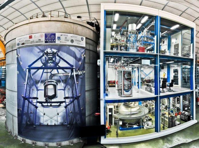 L'esperimento XENON situato nel sottosuolo del laboratorio italiano LNGS. Il rilevatore è installato all'interno di una grande protezione per l'acqua; l'edificio adiacente ospita i vari sottosistemi ausiliari. Se riusciamo a capire e misurare le proprietà delle particelle della materia oscura, potremmo essere in grado di creare condizioni che la portino ad annichilirsi con sé stessa, portando al rilascio di energia. –COLLABORAZIONE XENON1T