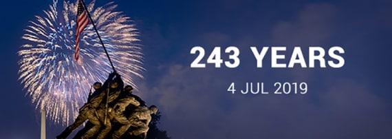 """Nella retorica americana il Giorno dell'Indipendenza (Independence Day) celebra sempre e comunque """"la vittoria"""", come dimostra anche questa cartolina, con i fuochi d'artificio sullo sfondo del famoso monumento che ricorda la presa di Iwo Jima, al termine di uno dei momenti più duri della Guerra del Pacifico, durante la Seconda guerra mondiale."""