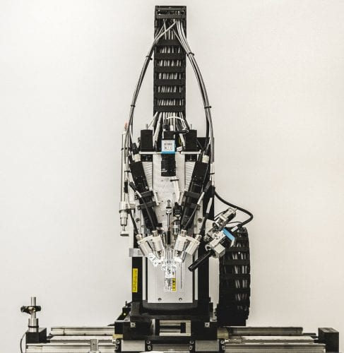 Il robot di Neuralink che posiziona gli elettrodi nel cervello