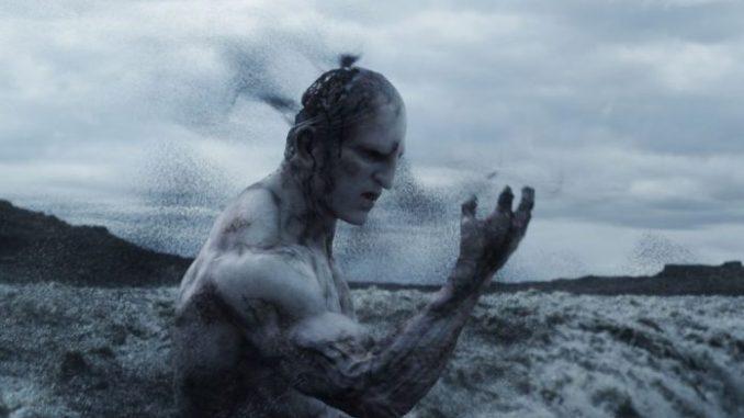 Immagine tratta dal film di Ridley Scott, Prometheus. Illustra una delle scene iniziali, quando l'Ingegnere, la creatura aliena blu lin piedi vicino alla cascata, decide di bere la sostanza nera per sciogliere la propria struttura e diffondere la vita sulla Terra attraverso il proprio DNA. Quello che vediamo è l'inizio è la creazione della Terra. Una gigantesca nave è scesa sulla Terra per abbandonare l'ingegnere in modo che possa terraformare il pianeta e renderlo sostenibile per la vita.