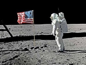 La nuova frontiera: Buzz Aldrin (Apollo 11) saluta la bandiera americana piantata nel suolo lunare, il 21 luglio 1969. | getty images/science faction