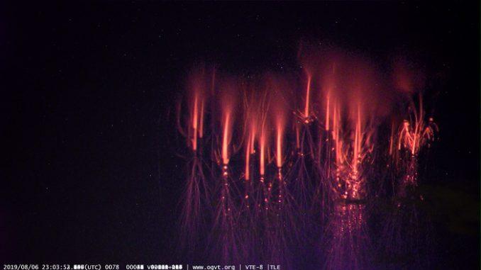 """'Spiritelli rossi' sul Nord Italia nello scatto di Roger Spinner, che gestisce l'Osservatorio Montsevelier e pubblicata sul sito <a href=""""http://www.spaceweather.com/"""">spaceweather.com"""