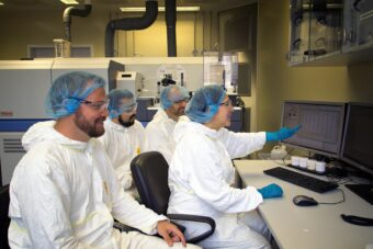 Il gruppo di geochimica isotopica dell'Università di Tubinga in laboratorio. Crediti: Università di Tubinga