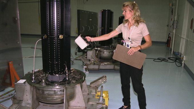 """Una specialista del dipartimento della salute degli Stati Uniti misura il livello di radiazioni di uno dei tre RTG della sonda Cassini. Era il 1997 e non indossava alcun tipo di protezione. Credit: <a href=""""https://commons.m.wikimedia.org/wiki/File:RTG_radiation_measurement.jpg#mw-jump-to-license"""" target=""""_blank"""" rel=""""noopener noreferrer"""">NASA</a>."""
