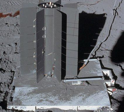 Uno SNAP-27 depositato sulla superficie lunare: le alette ben visibili servivano per il raffreddamento e quindi da punto freddo delle termocoppie. Credit: NASA.