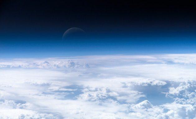 L'atmosfera della Terra in una foto scattata dalla Stazione spaziale internazionale.|NASA Earth Observatory