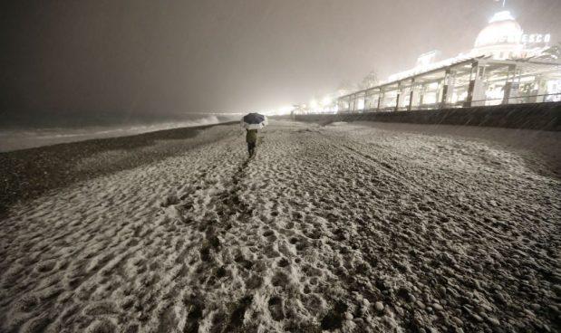 Nizza, la spiaggia di Promenade des Anglais a February 2018 in Nice. Potrebbe diventare un paesaggio abituale. Valery Hache/AFP/Getty Images