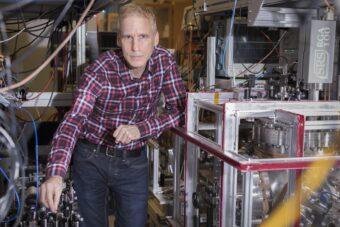 Il professor Eric Hessels del Dipartimento di fisica e astronomia nel suo laboratorio alla York University. Crediti: York University