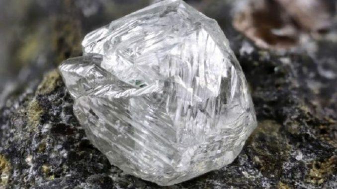 Diamante  grezzo in natura