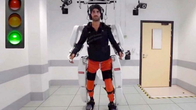 Esoscheletro comandato con il pensiero per camminare
