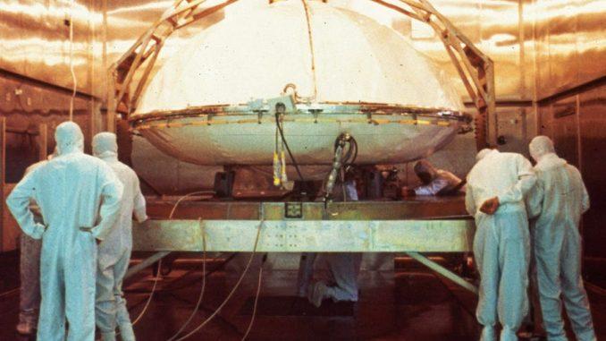 Uno dei due Viking Mars, lander gemelli della NASA, viene messo in un forno per sterilizzarlo in vista della sua missione sulla superficie del pianeta rosso. NASA