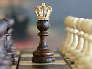 Scacco matto, il Re è morto. Viva il Re!