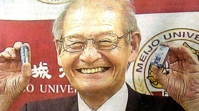 Attira Yoshino, 71 anni, neo premio Nobel per la chimica mostra due batterie agli ioni di litio, entrate in commercio nel 1991.
