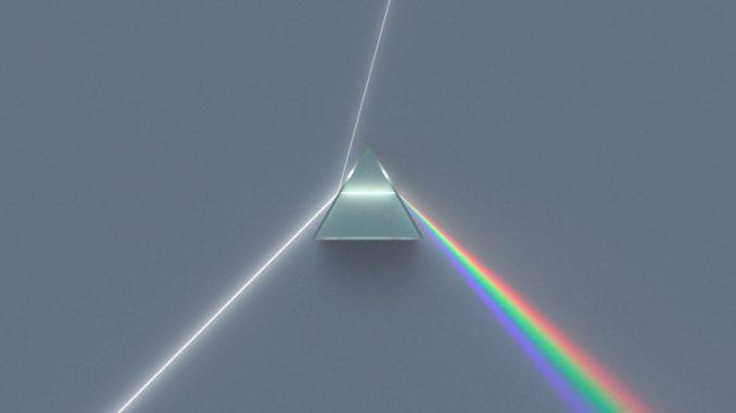 Questa illustrazione, della luce che passa attraverso un prisma dispersivo e si separa in colori chiaramente definiti, è ciò che accade quando molti fotoni di energia medio-alta colpiscono un cristallo.Nota come in un vuoto (al di fuori del prisma) tutta la luce viaggia alla stessa velocità e non si disperde. Tuttavia, poiché la luce più blu rallenta più della luce rossa, la luce che passa attraverso un prisma viene dispersa con successo. – UTENTE DI WIKIMEDIA COMMONS SPIGGET