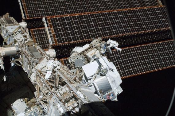 Una attività extraveicolare sulla ISS. L'AMS-2 è visibile in basso sulla destra.| NASA