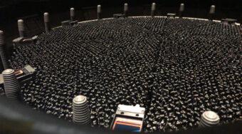 Il piano focale di Desi presenta 5000 posizionatori automatici robotizzati, ciascuno collegato a un cavo in fibra ottica per raccogliere la luce delle galassie. Crediti: Desi Collaboration