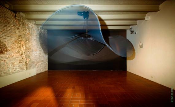 Pisa: Il Ritmo dello Spazio al Museo della Grafica. Foto: Gravity's Dance, di Liliane Ljin evoca la spirale della Via Lattea e il movimento cosmico di particelle e galassie.| EGO PHOTO