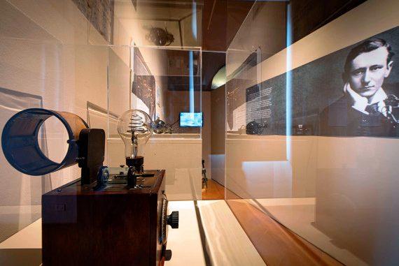 Pisa: Il Ritmo dello Spazio al Museo della Grafica. Foto: la stanza dedicata a Marconi e alle onde radio. Tra gli oggetti in mostra anche cristalli di galena, minerale utilizzato all'inizio del Novecento per costruire i ricevitori radio.| EGO PHOTO