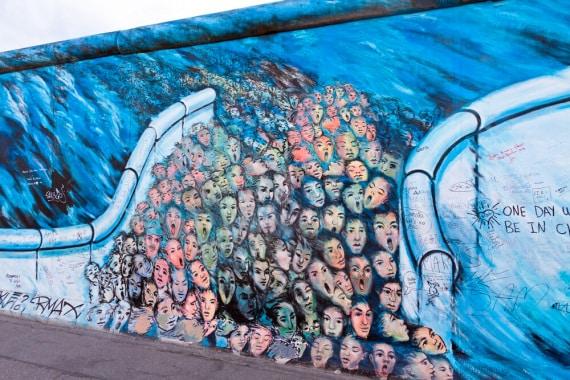 Uno dei graffiti sull'East Side Gallery: un tempo parte del Muro rivolta a est, oggi è una galleria a cielo aperto di graffiti sul tema della libertà.| SHUTTERSTOCK