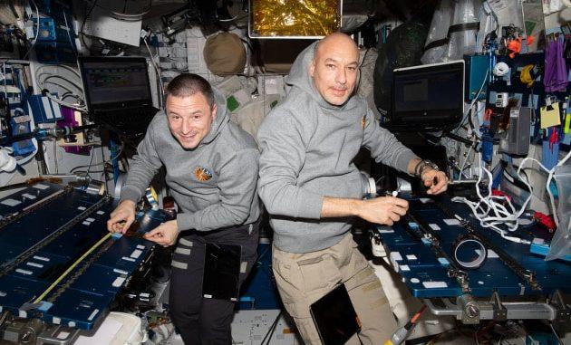 Luca Parmitano e Andrew Morgan al lavoro sulla ISS.|NASA