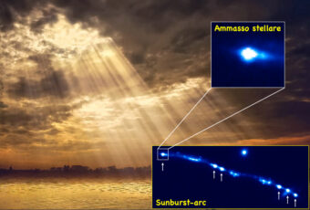 Nei due inserti è mostrata l'immagine in banda ottica ottenuta con Hubble da H. Dahle et al., adattata da E. Vanzella in scala di colori blu. In basso a destra è mostrato uno degli archi contenenti sei immagini multiple (indicate con le frecce) dell'ammasso stellare, e nell'inserto in alto lo zoom di una di queste repliche. Il raggio dell'ammasso è inferiore a 60 anni luce e ha una massa di qualche milione di masse solari. Crediti per l'immagine di sfondo: Ipoenk Graphic/Flickr