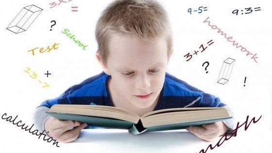 Bambino che studia su libro