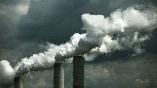 Emissioni di una centrale elettrica a carbone (© iStock/Drbouz)