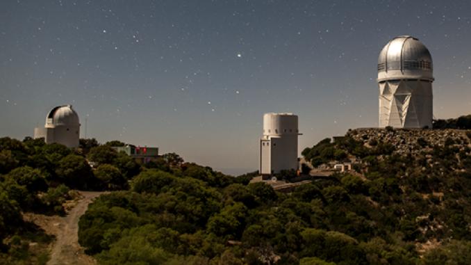 Il telescopio Mayall in cima a Kitt Peak in Arizona è il luogo in cui una collaborazione che utilizza lo Dark Energy Spectroscopy Instrument (DESI) compilerà la mappa cosmica 3D più dettagliata fino ad oggi per sondare l'espansione dell'Universo.