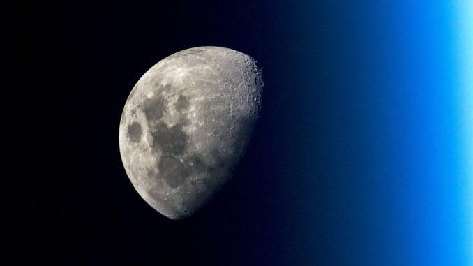 La luna vista dallo spazio