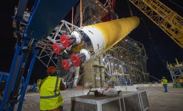 Lo stadio centrale dell'SLS mentre viene disposto in posizione verticale per cominciare i test. | NASA/SSC