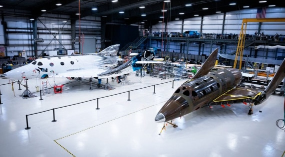 Negli hangar del Mojave Air and Space Port, Virgin Galactic costruisce altri SpaceShipTwo. | Virgin Galactic