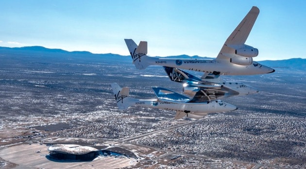 Virgin Galactic: l'aereo-razzo SpaceShipTwo agganciato alla pancia dell'aereo-madre WhiteKnightTwo, in avvicinamento allo spazioporto commerciale SpacePort America. | Virgin Galactic