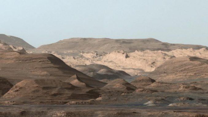 Cosa si vede? Il panorama intorno al pendio della montagna Aeolis Mons, alta circa 5mila metri che sorge sulla base del cratere Gale, che ha un diametro di oltre 150 chilometri.