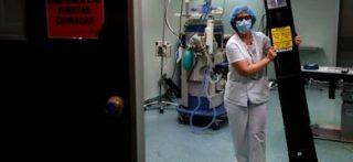 Un paramedico posiziona una lampada germicida a raggi ultravioletti C (UVC) per disinfettare una stanza dell'ospedale di Fuenlabrada, vicino a Madrid(ansa)