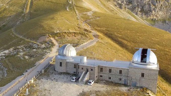L'Osservatorio di Campo Imperatore. A sx la cupola del telescopio Schmidt, a dx quella dell'Azt-24. Crediti: Media Inaf