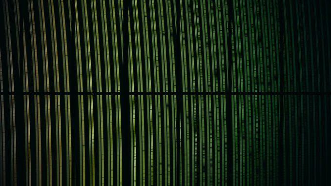 """Questa immagine variopinta mostra il dato spettrale ottenuto durante la """"prima luce"""" dello strumento Espresso (Echelle SPectrograph for Rocky Exoplanets and Stable Spectroscopic Observations o Spettrografo echelle per osservazioni di esopianeti rocciosi e spettroscopia ad alta precisione, uno strumento realizzato con un contribuito significativo degli osservatori dell'Inaf di Brera e Trieste) installato sul Vlt (Very Large Telescope) dell'Eso in Cile. La luce di una stella è stata dispersa nei suoi colori componenti. L'immagine presentata è stata colorata per indicare visivamente come cambiano le lunghezze d'onda nell'immagine, ma questi non sarebbero gli esatti colori che si potrebbero vedere con i nostri occhi. Guardando attentamente si notano molte righe spettrali scure negli spettri della stella, così come la serie di doppi punti luminosi dovuti a una sorgente luminosa di calibrazione. Le bande scure nel mezzo invece sono il risultato di come sono ottenuti i dati e non sono reali. Crediti: Inaf"""