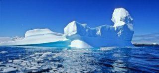 Iceberg staccatosi dall'Antartide e alla deriva (©Biosphoto/AGF)