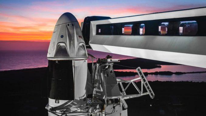 La prima volta nello spazio di una navetta privata con astronauti