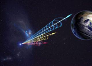 Impressione artistica di un Fast Radio Burst in viaggio verso la Terra. I colori rappresentano il fascio di luce che arriva a diverse lunghezze d'onda nella banda radio. In blu le lunghezze d'onda più corte, che arrivano svariati secondi prima di quelle in rosso, che corrispondono invece a lunghezze d'onda maggiori. Questo effetto si chiama dispersione ed è dovuto al fatto che il segnale radio passa attraverso a del plasma. Crediti: Jingchuan Yu, Planetario di Pechino