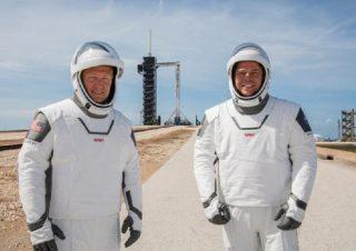 I veterani della Nasa Doug Hurley e Bob Behnken provano le nuove tute, in vista del lancio del 27 maggio con la navetta Crew Dragon della SpaceX (fonte: NASA)