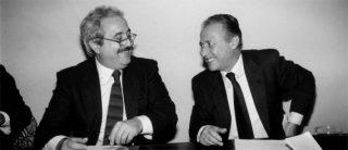 Falcone e Borsellino sorridenti durante un dibattito a Palermo nel 1992. Da piccoli si incontravano nel quartiere arabo di Palermo. Da grandi, nel 1983, si ritrovarono insieme nel pool antimafia. Nel 1992 furono entrambi uccisi. |