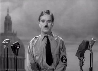 Charlie Chaplin in una scena del film Il Grande Dittatore (1940). | Pubblico dominio