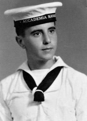 La fototessera di Giovanni Falcone all'Accademia navale di Livorno, nel 1957. Vi andò dopo la maturità classica, ma poi cambiò idea e si iscrisse a giurisprudenza. |