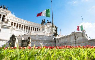 Festa della Repubblica: la bandiera italiana sventola all'Altare della Patria (ph. istock)