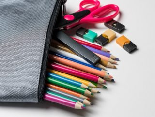 Una sigaretta elettronica Pod Mod con le sue cartucce, simili a chiavette USB. | Shutterstock